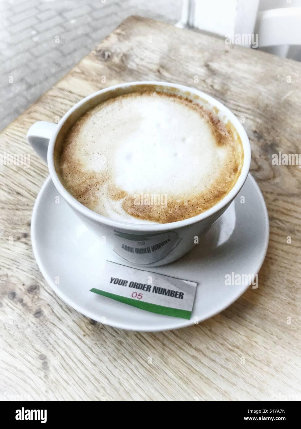 Tasse Kaffee mit Bestellschein Stockbild