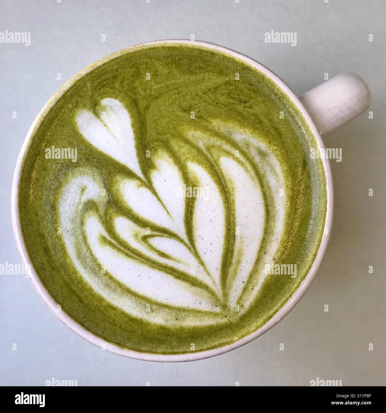 Matcha Tee trinken in eine Schale Stockbild