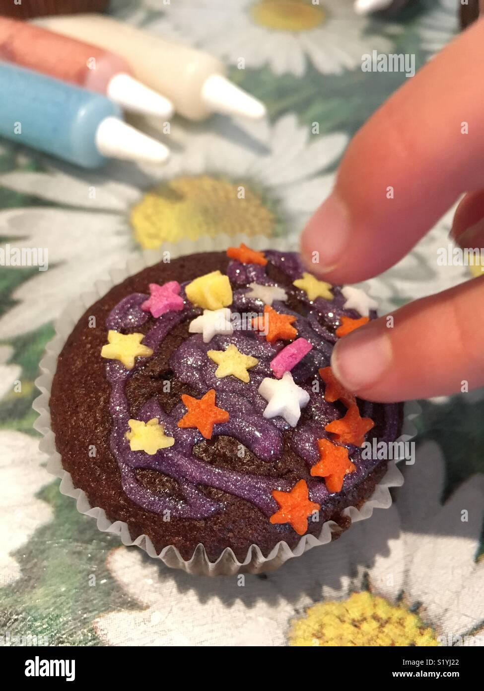 Ein Junges Madchen Finger Dekorieren Eine Tasse Schokolade Kuchen
