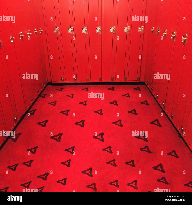 Eine helle rote Zimmer der Schließfächer mit reichen, roten Teppichen Stockfoto