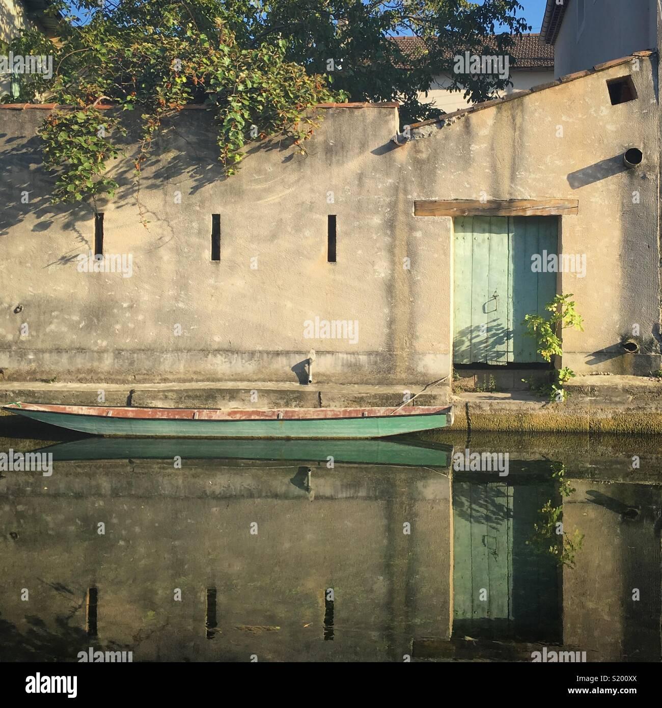 Eine Bootsfahrt auf dem ruhigen Wasser in L'Isle Sur La Sorgue, Provence, Frankreich Stockbild