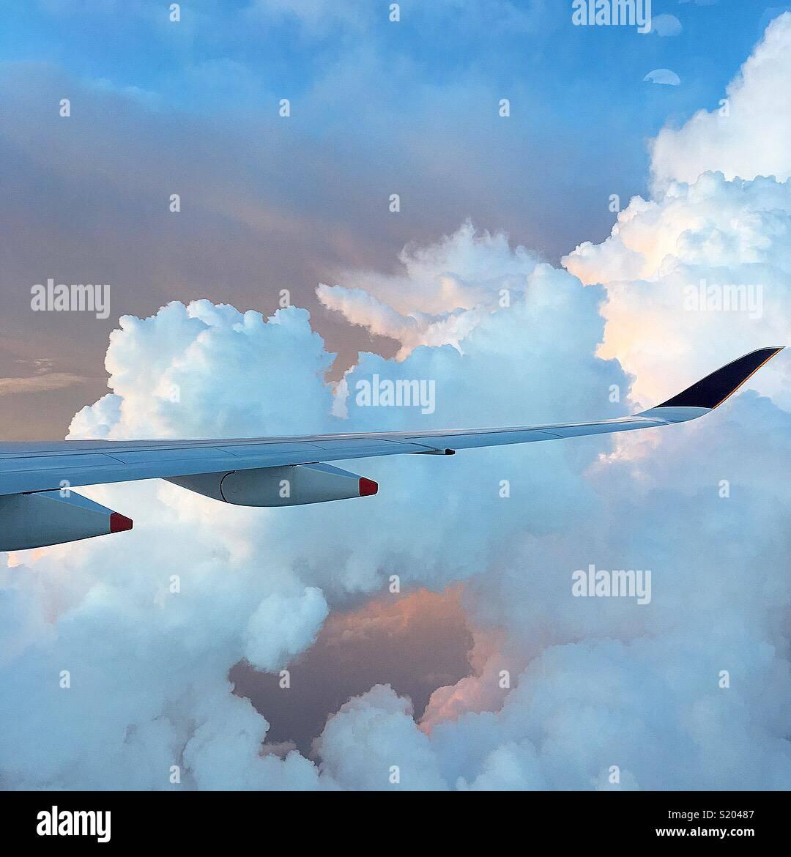 Flugzeugflügel fliegen durch Wolken Reisen über dem Südpazifik. Stockbild