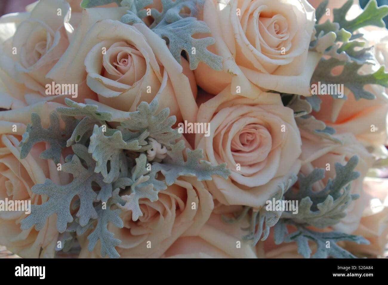 Ein Brautstrauss Von Apricot Rosen Und Blass Grun Blatt Laub