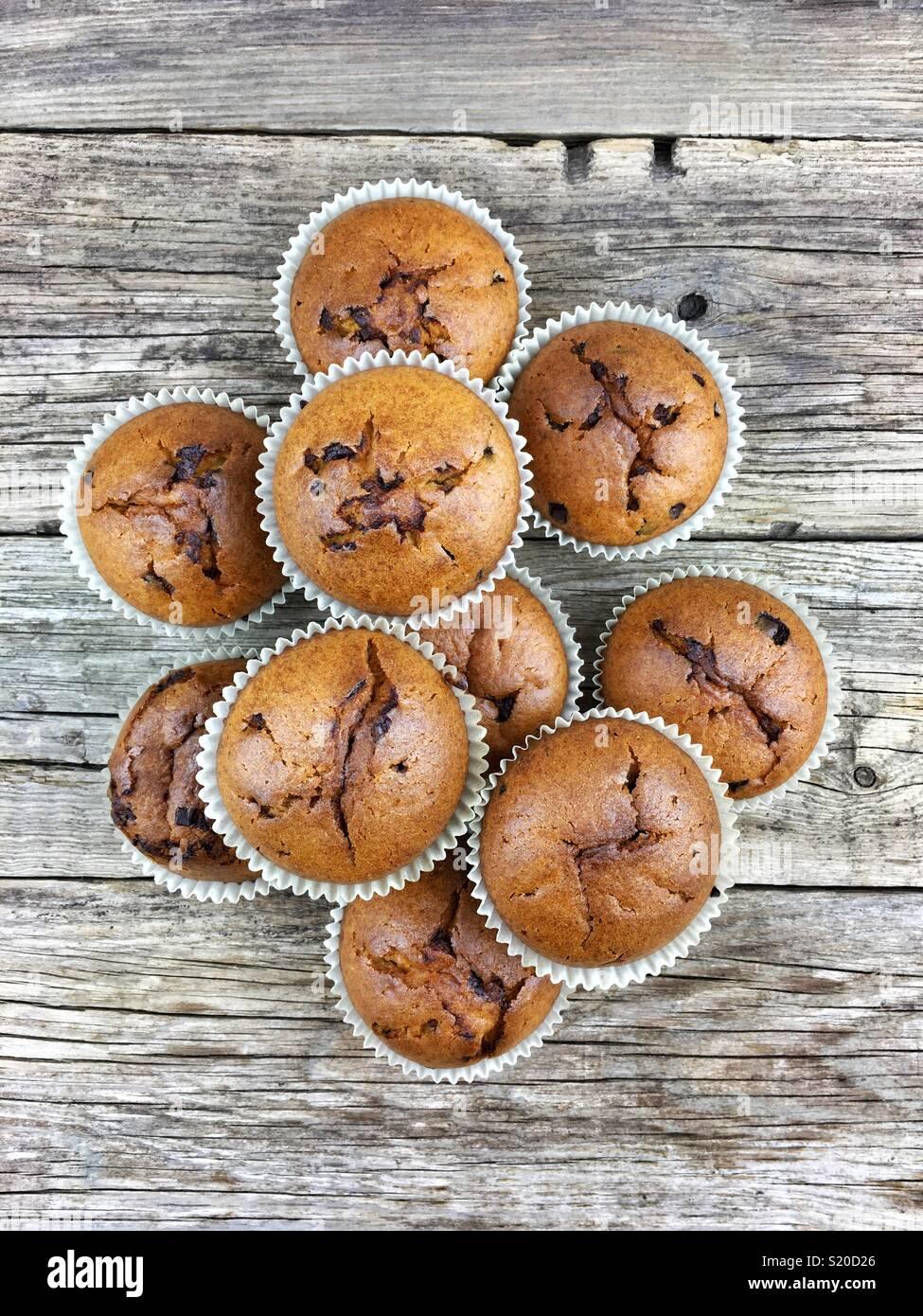Blick von oben auf die Schokolade Muffins auf einem Holztisch Stockfoto