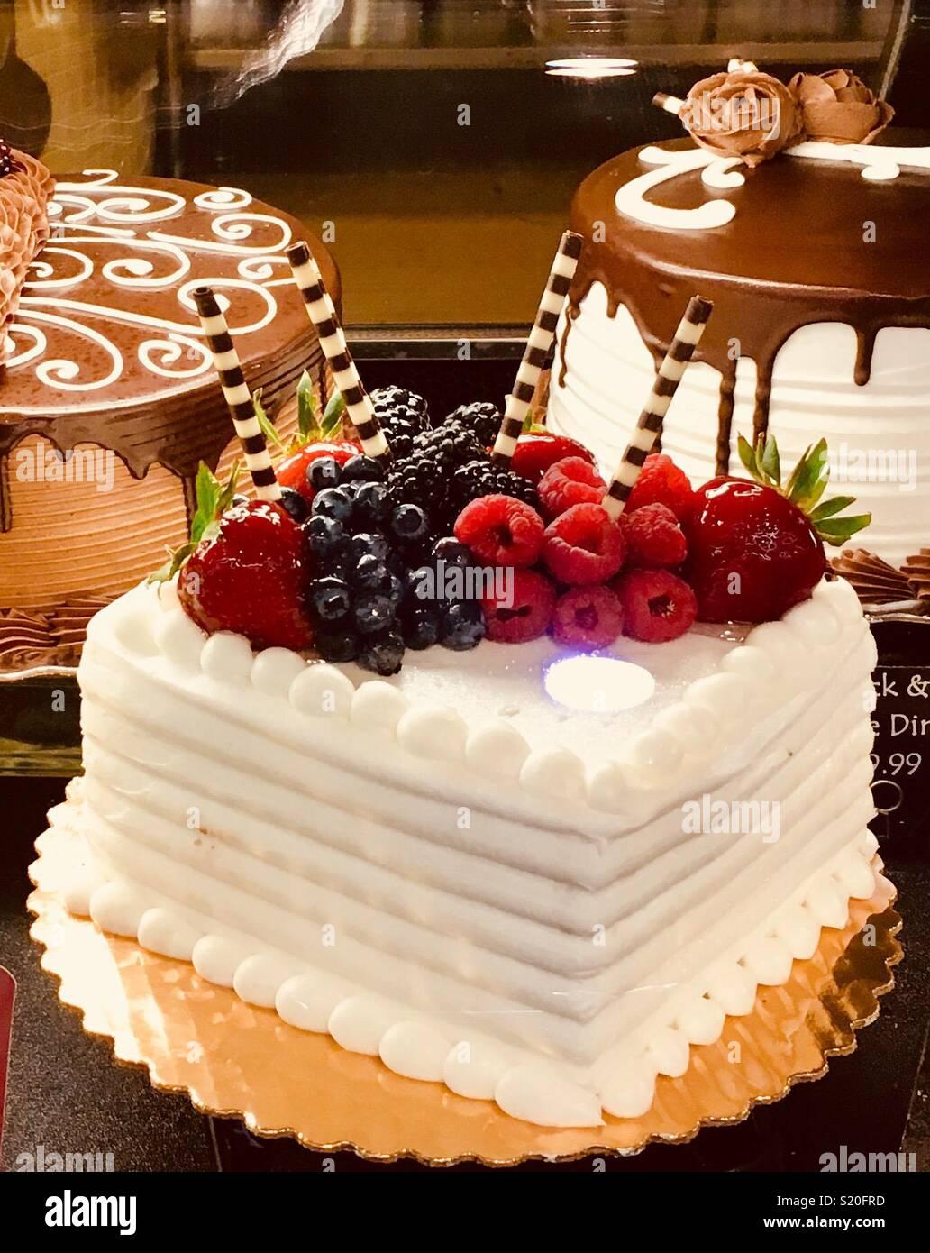 Der Dekorativen Kuchen Innen Backerei Vitrine In Runden Und