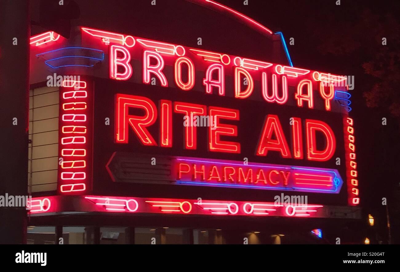 Leuchtreklame auf dem Broadway Stockbild