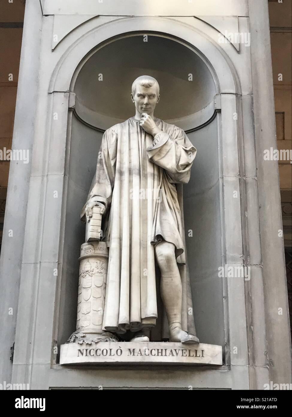 Statue auf Niccolo Machiavelli in der Galleria dell'Accademia in Florenz  Stockfotografie - Alamy