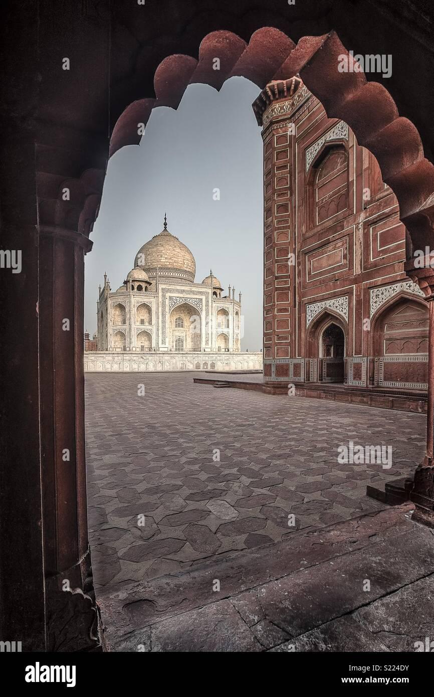 Taj Mahal von einer Seite Gebäude eingerahmt Stockbild