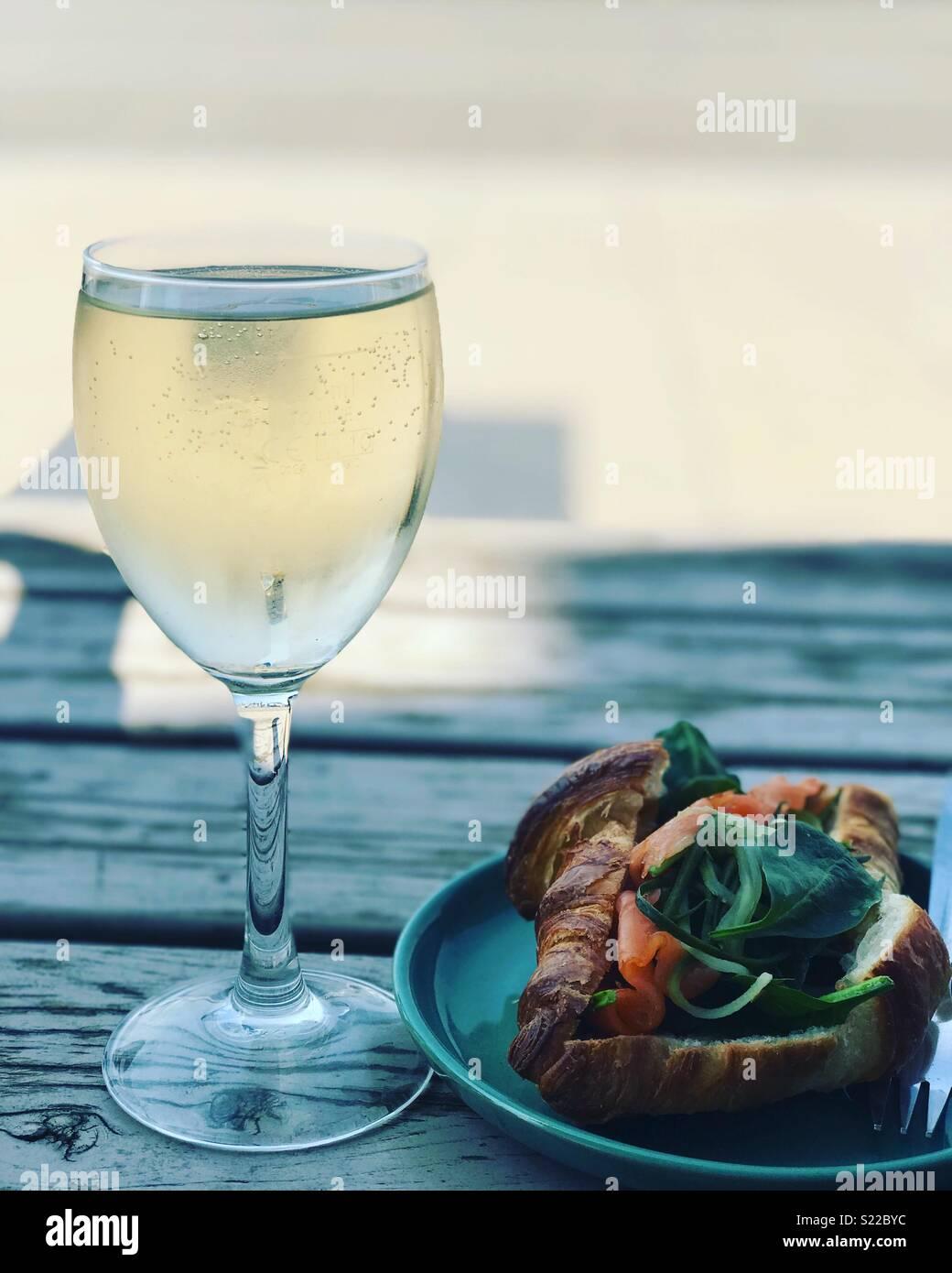 Mittags Wein in der Sonne am Wasser Stockbild