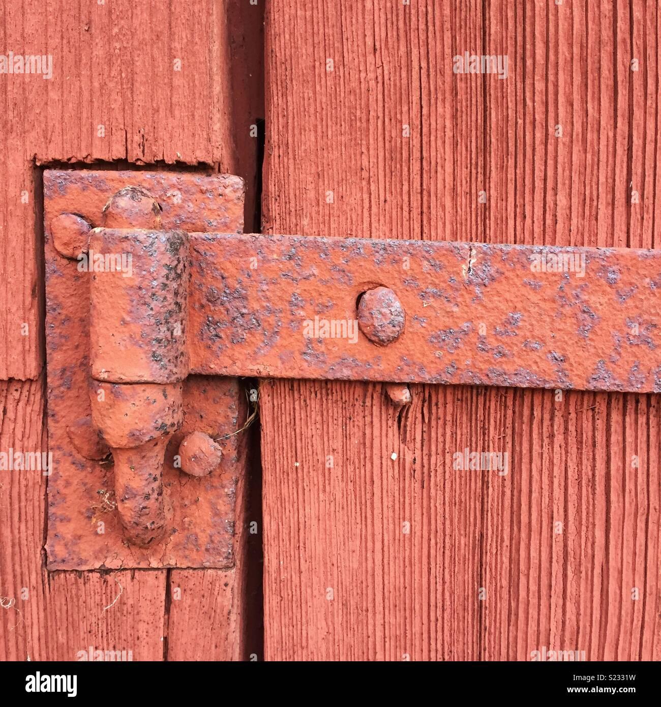rusty rot bemalten alten auf einem holz tür scharnier stockfoto