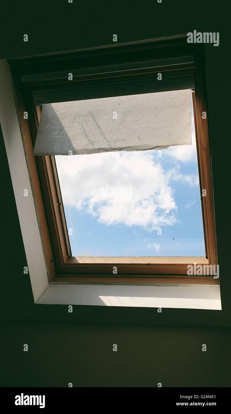 Licht und Schatten spielen aus dem Fenster Stockbild