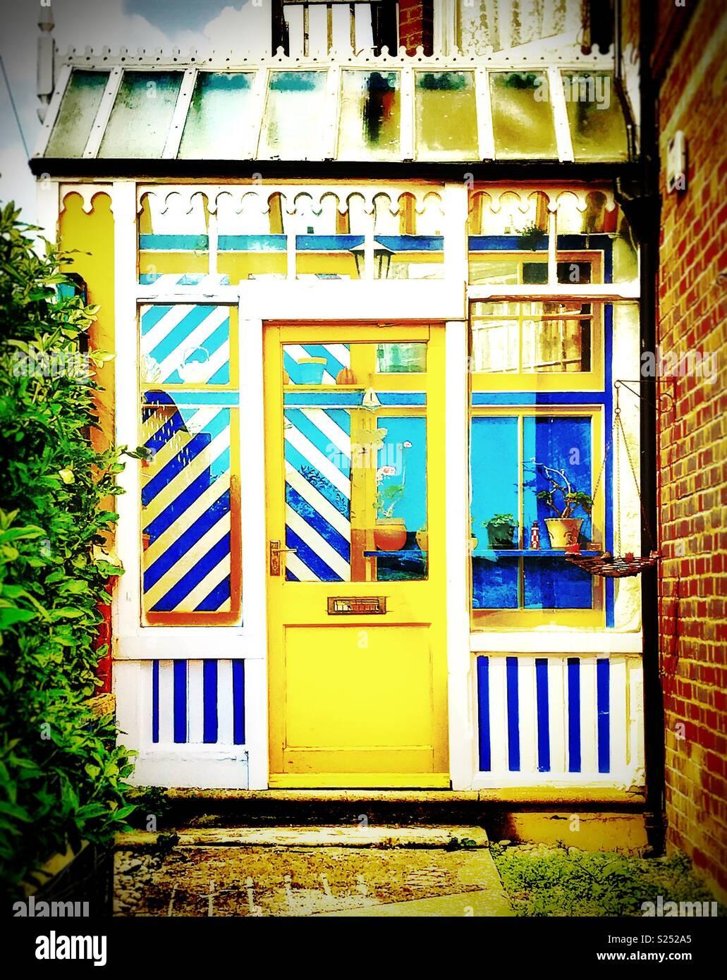Überdachte Seite Eingangsportal, Im Viktorianischen Stil, Mit Hellen Gelb,  Blau Weiß Gestreifte Verkleidungen Und Glas Dachschräge, Littlehampton,  Sussex, ...