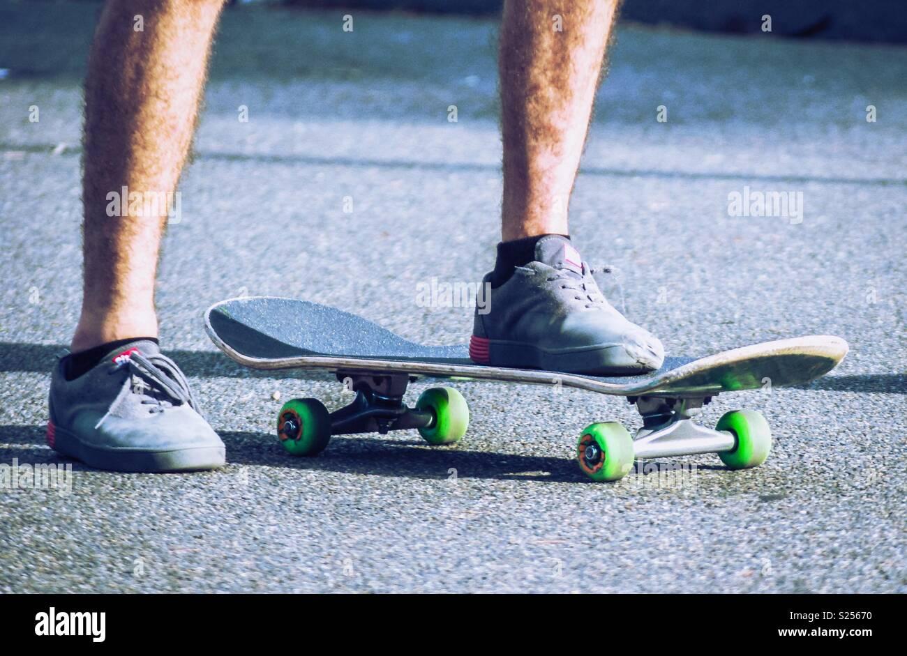 Junger Mann auf skateboard Stockbild