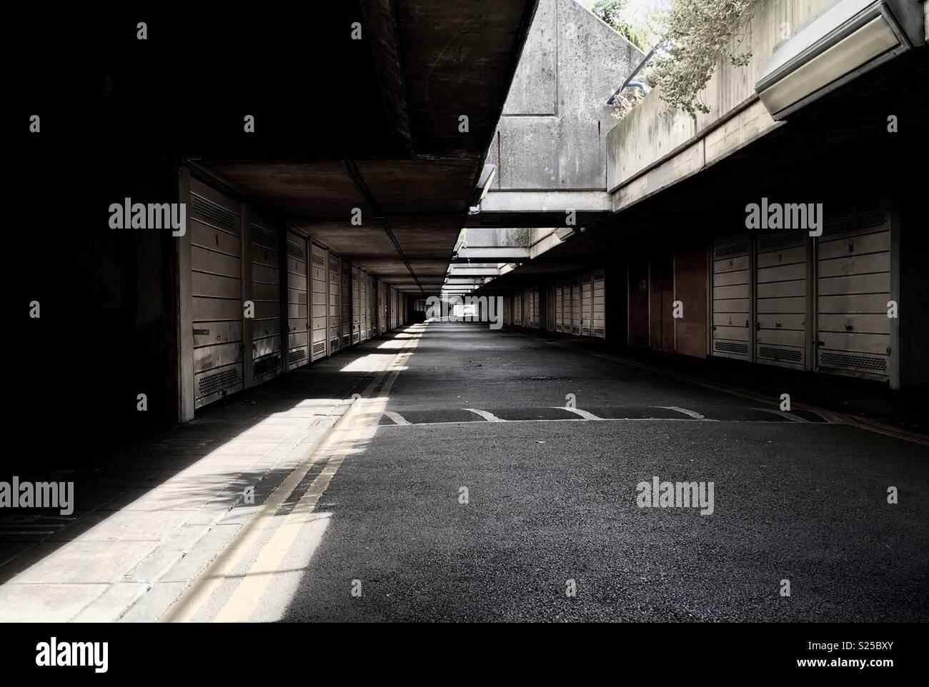 Garage unter der Erde mit Licht und Schatten. Stockbild