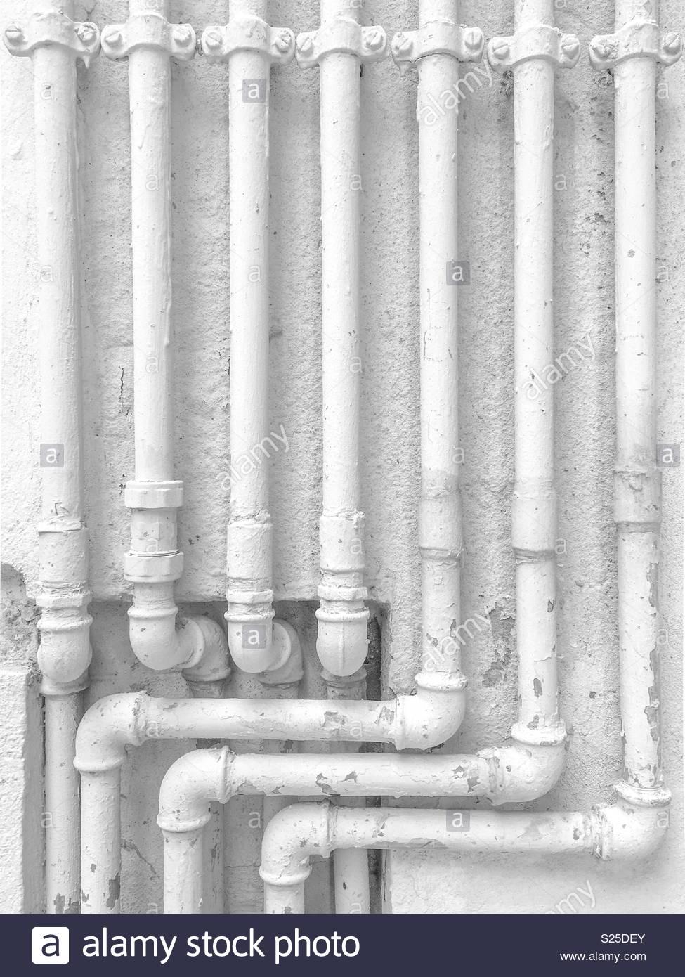 Schwarzweiß gedreht von einigen alten Leitungen Stockbild