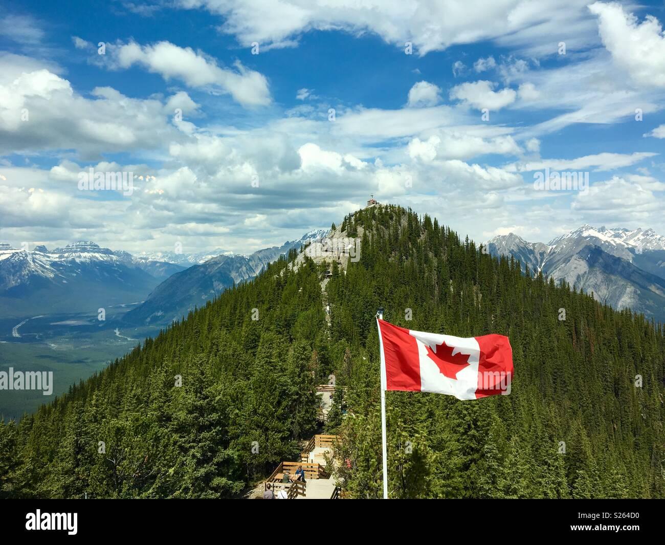 Kanadische Flagge auf Schwefel Berg in den Rocky Mountains. Stockbild
