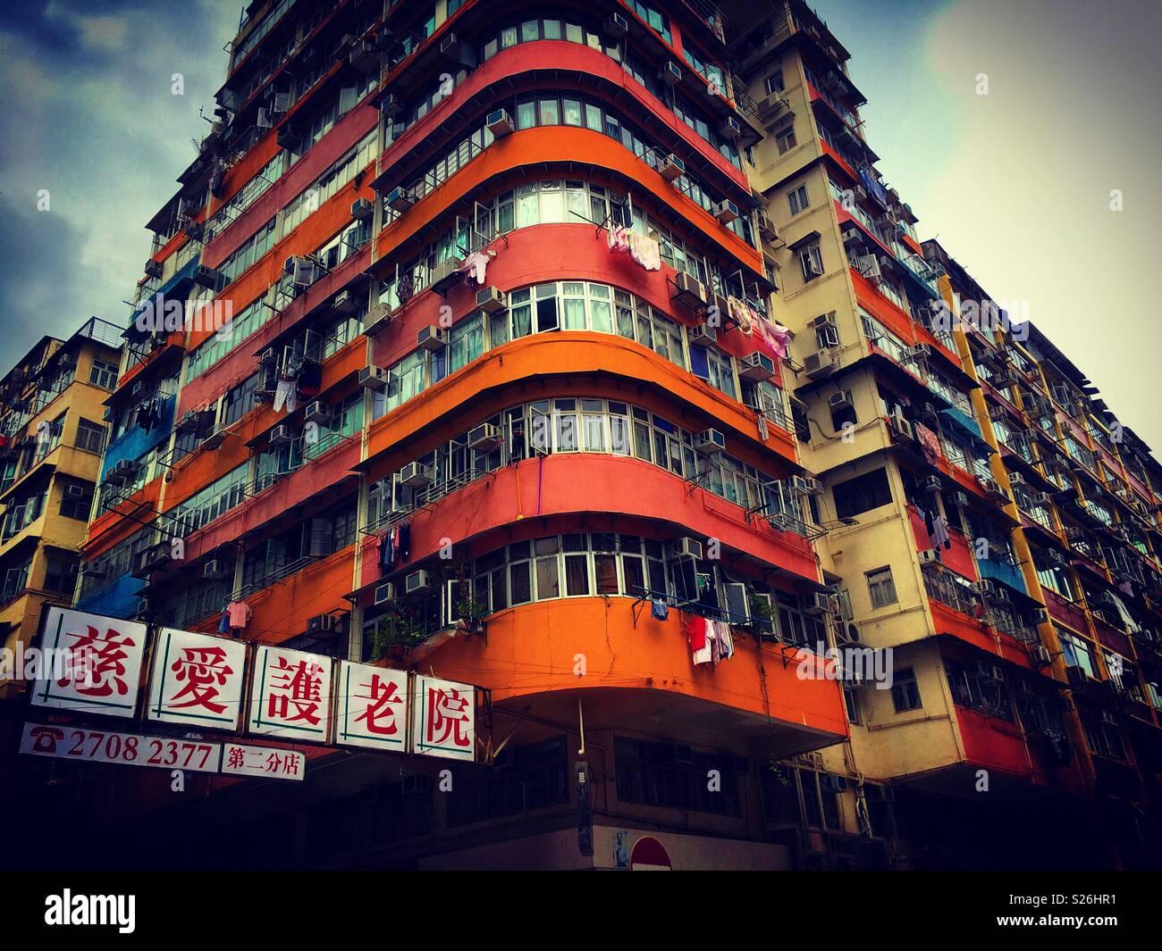 Hong Kong. Kowloon Seite. Mongkok Bereich mit seinen typischen, alten Gebäude Tower Stockbild