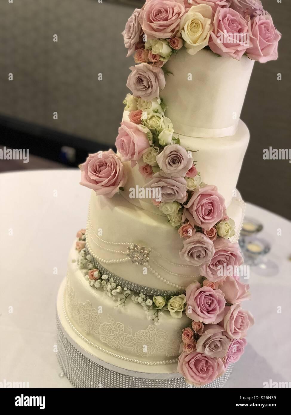 Frische Blumen auf eine Hochzeitstorte Stockfoto