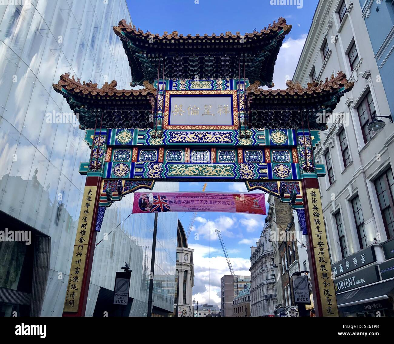 Banner in Chinatown, Soho, London feiern Prinz Harry und Meghan Markles Hochzeit Stockbild