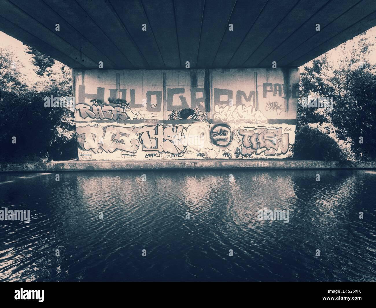 Graffiti auf der Brücke über den Kanal Stockbild
