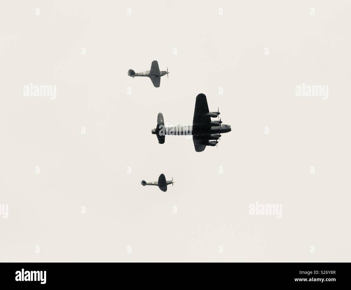 RAF Lancaster Bomber, Spitfire und Hurricane im Formationsflug Stockbild