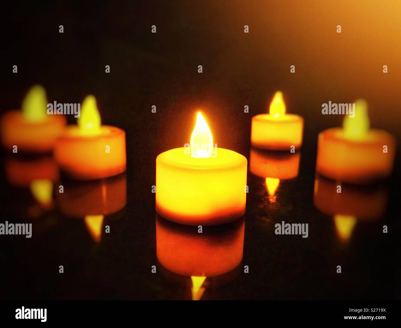 Led Kerzen Und Seine Reflexion In Einem Dunklen Zimmer Stockfoto