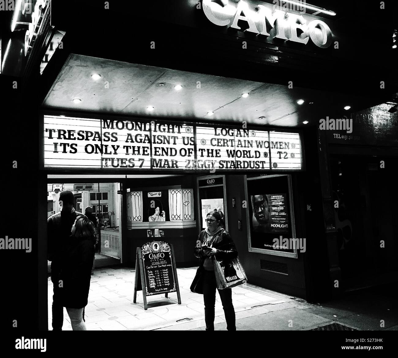 Bis spät in die Nacht Kino, Leute warten Stockbild