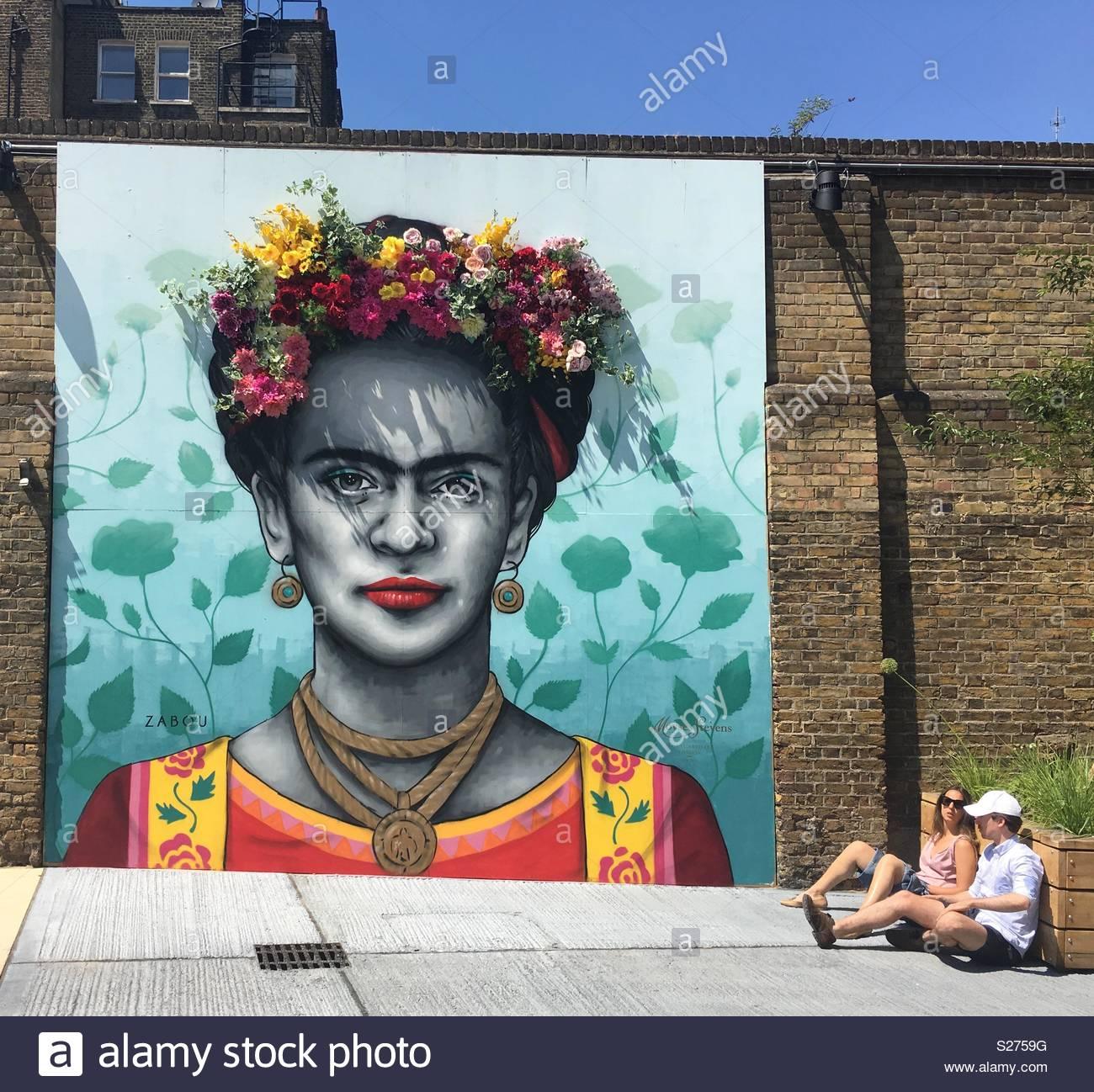 Frida Kahlo Wandbild mit frischen Blumen von Zabou in Victoria, London Stockbild