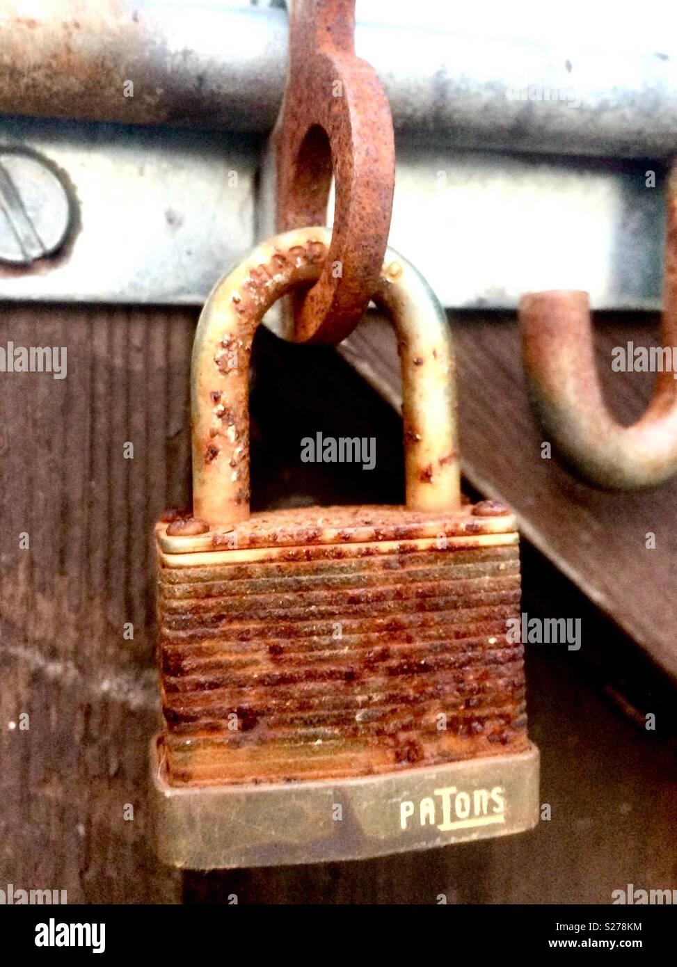 rusty schloss auf einem gartentor stockfoto, bild: 311176424 - alamy