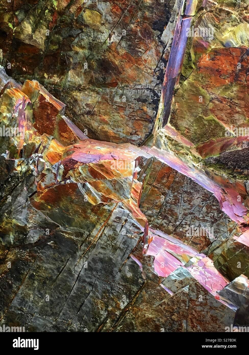 Natürliche Felsen ragen aus dem Meer als abstrakte Kacheln dargestellt. Stockbild