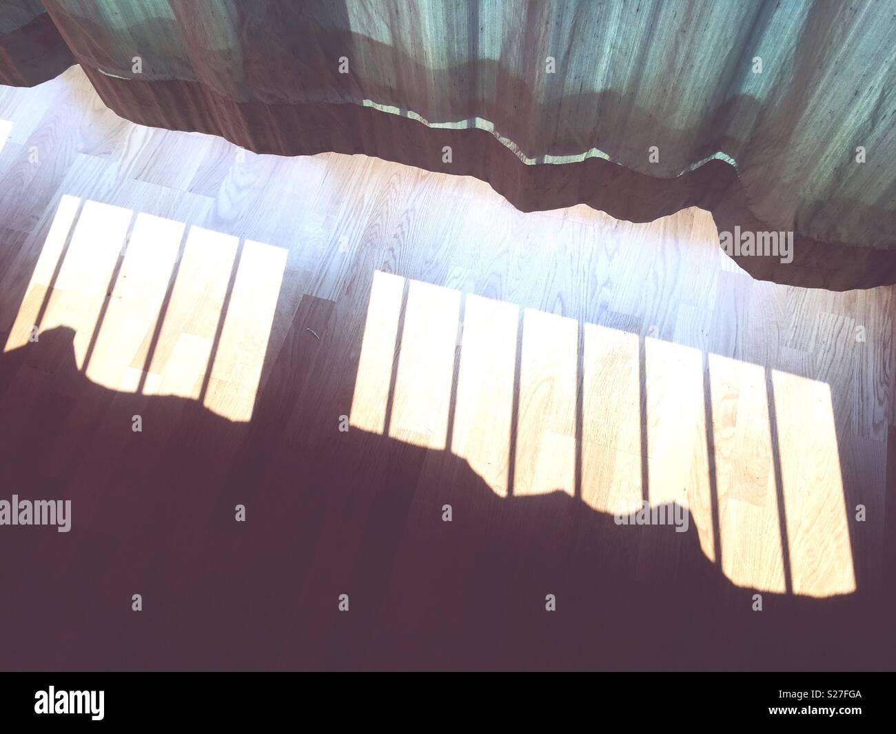 Vorhänge und der Schatten der Fenster Geländer Stockbild