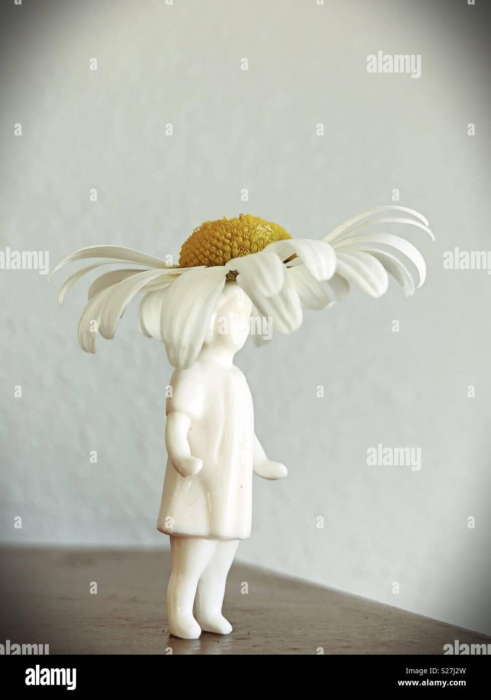 """Retro suche Figur eines Mädchens mit einem echten Daisy """"Hut"""". Stockbild"""