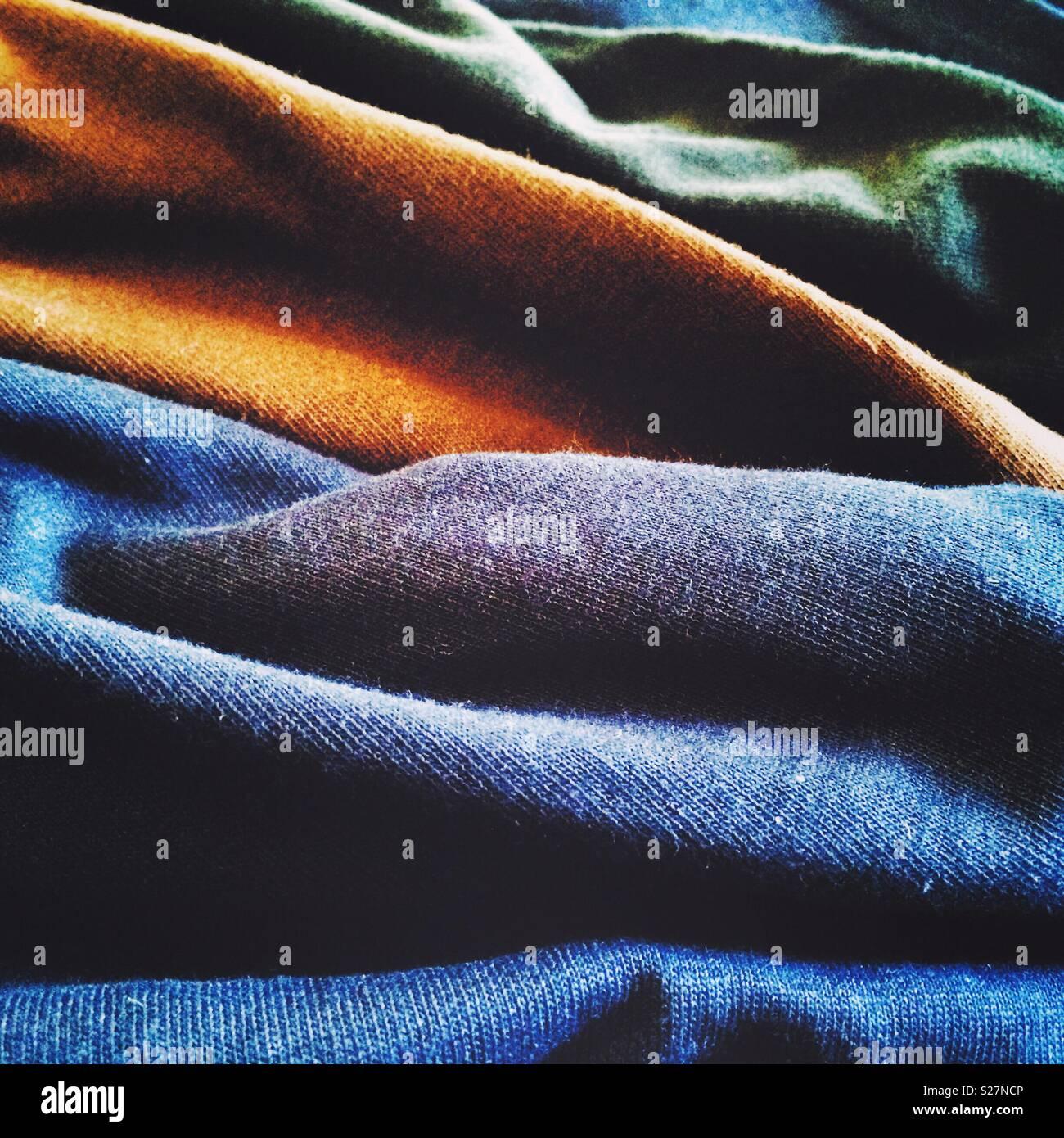 Licht und Schatten erzeugen Wellen von farbenfrohen Stoffen Stockbild