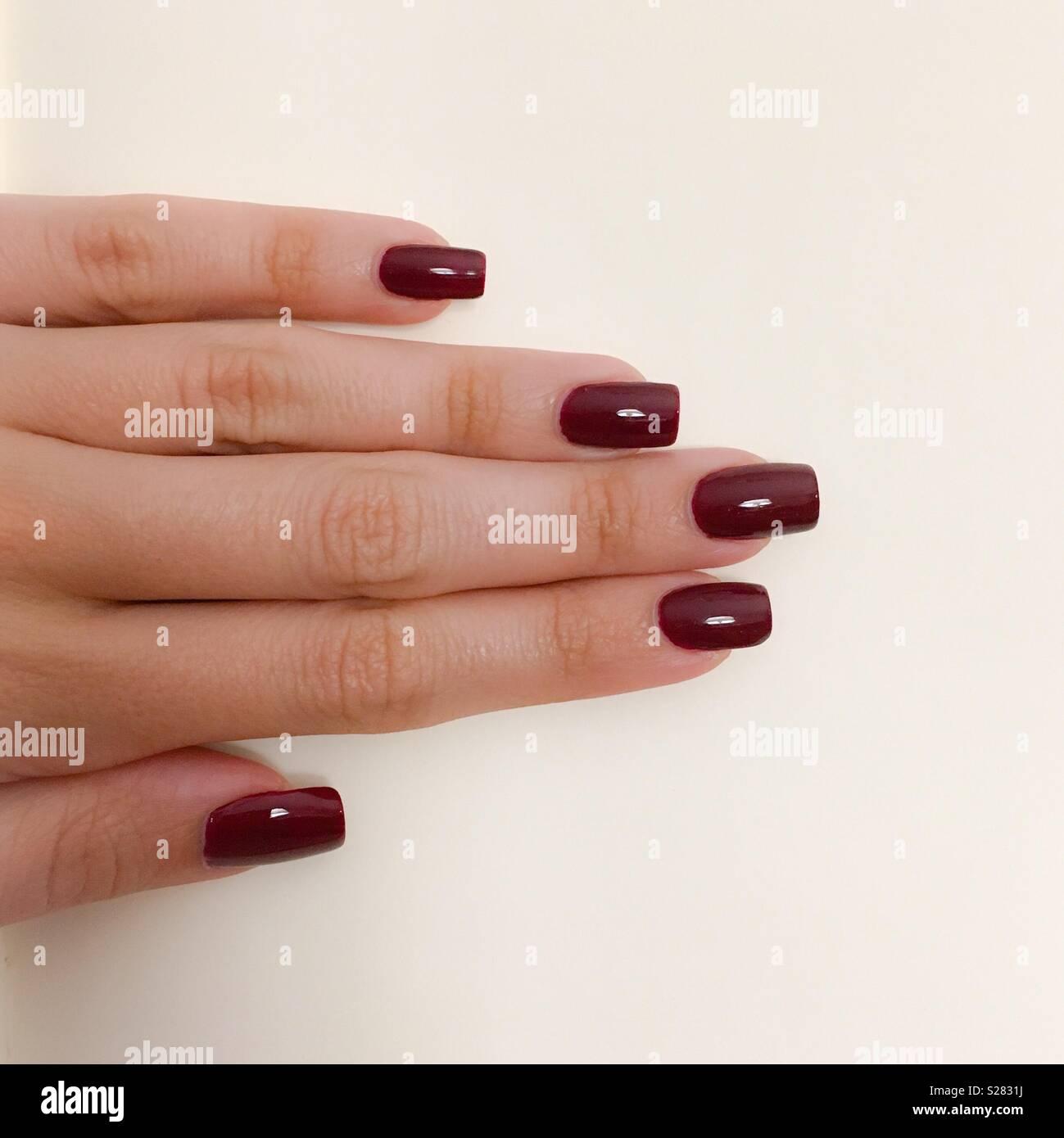 Weibliche Hand Mit Naturlichen Nagel In Rot Auf Einen Klaren