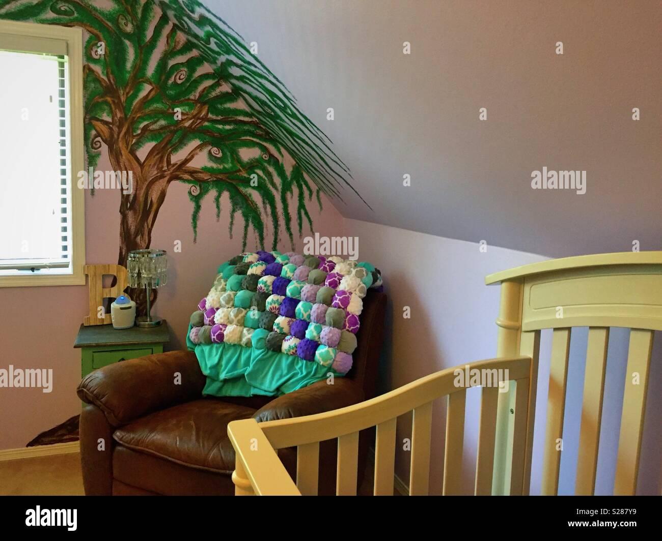 Kinderzimmer mit Kinderbett und handgemalten Baum Wandbild auf der ...