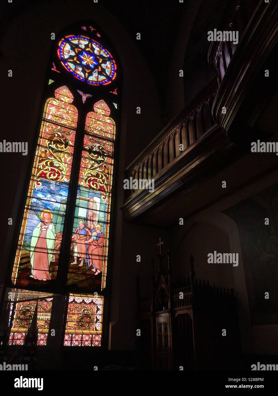 Licht scheint durch die Fenster aus buntem Glas. Stockbild