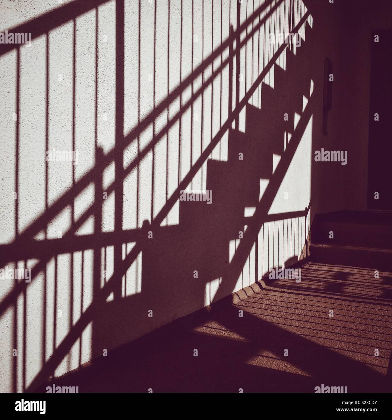 Schatten der Treppe gegen eine Wand in El Porto, Kalifornien, in der Nähe von Manhattan Beach Stockbild