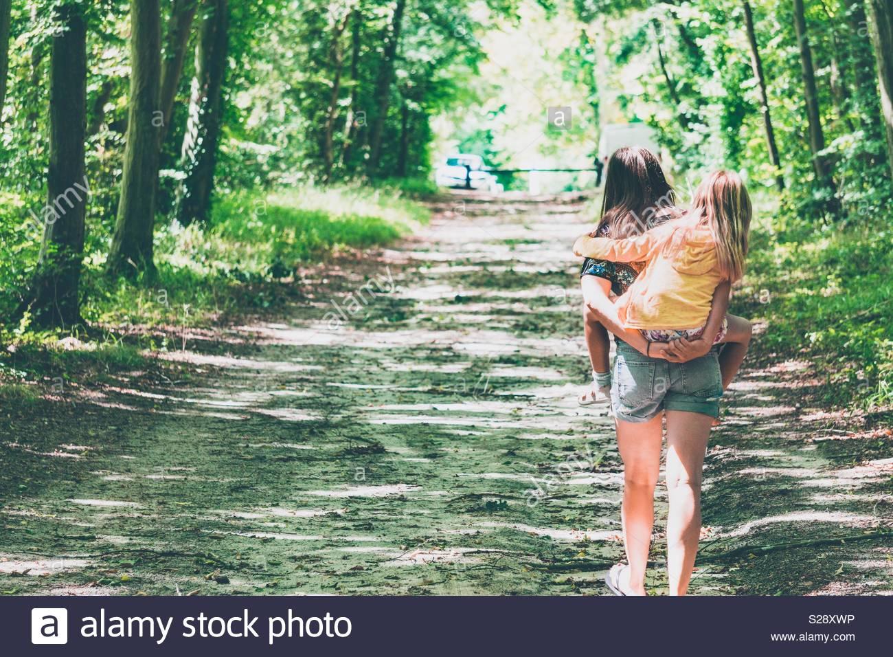 Mutter und Tochter wandern warf Wald Stockbild