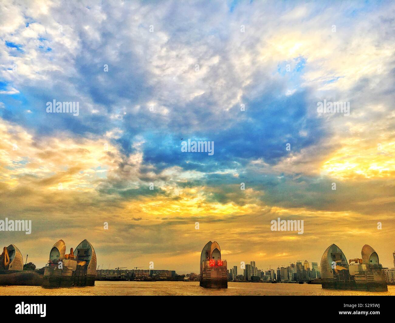 Turner - esque Himmel an der Thames Barrier Stockfoto