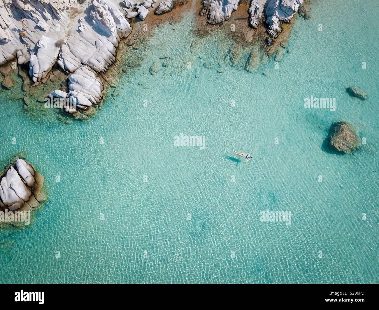 Mädchen schwimmt auf dem Wasser Stockbild