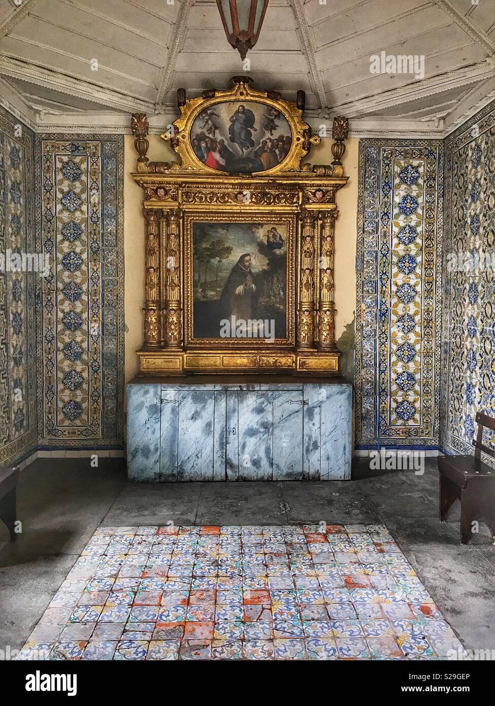 Kloster Santa Clara, für Franziskanerinnen im 16. Jahrhundert gebaut und heute noch in Betrieb, Funchal, Madeira, Portugal, eine Seitenkapelle mit religiöser Kunst und handbemalte Wandfliesen Stockbild