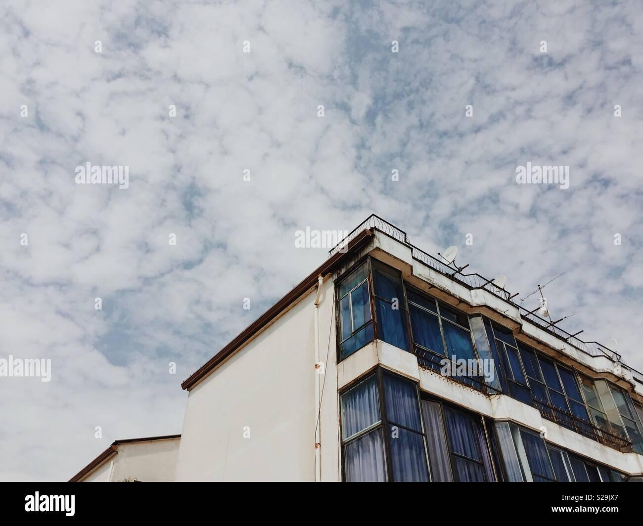 Eckige geschossen von italienischen Gebäude gegen Himmel in Salo, Gardasee Stockbild