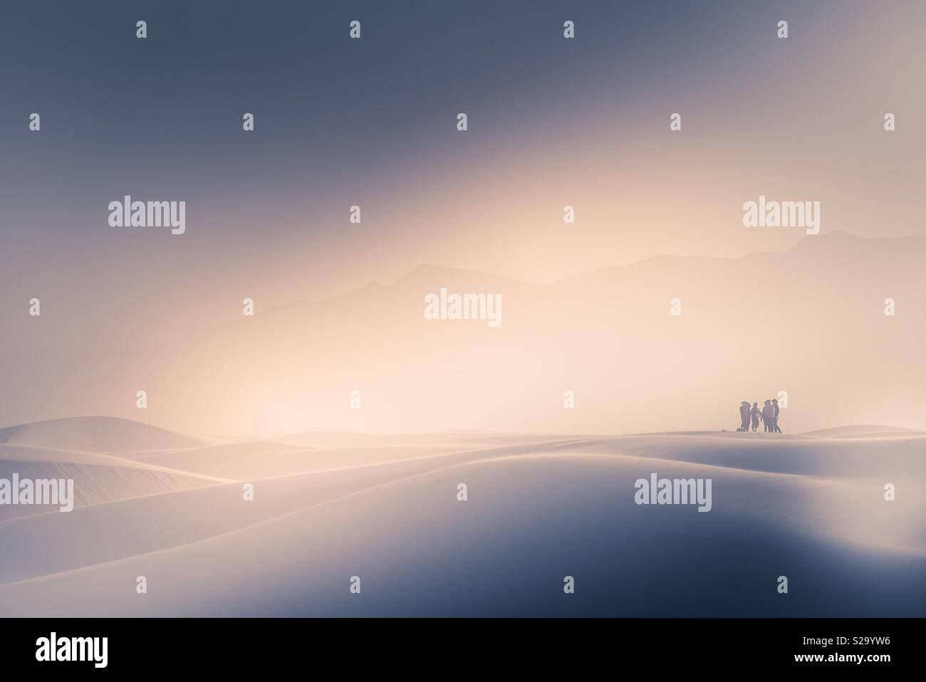 Sonnenuntergang in White Sands - Silhouetten Stockbild