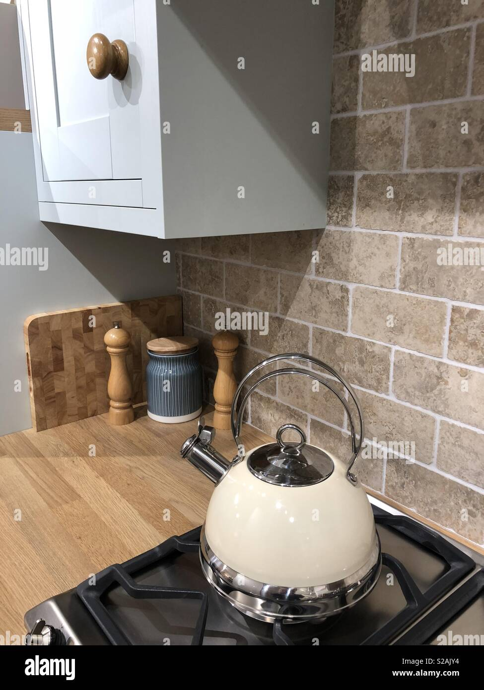 Auf Gasherd in der traditionellen Küche Wasserkocher ...