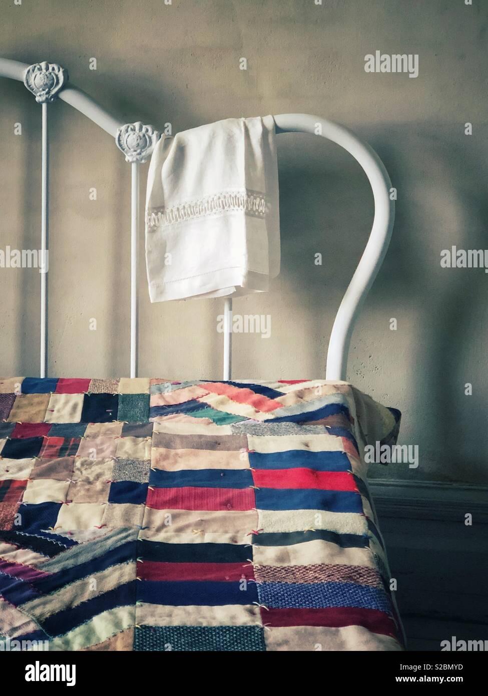 Antikweiss Eisen Bett Mit Einem Flickenteppich Stockfoto Bild