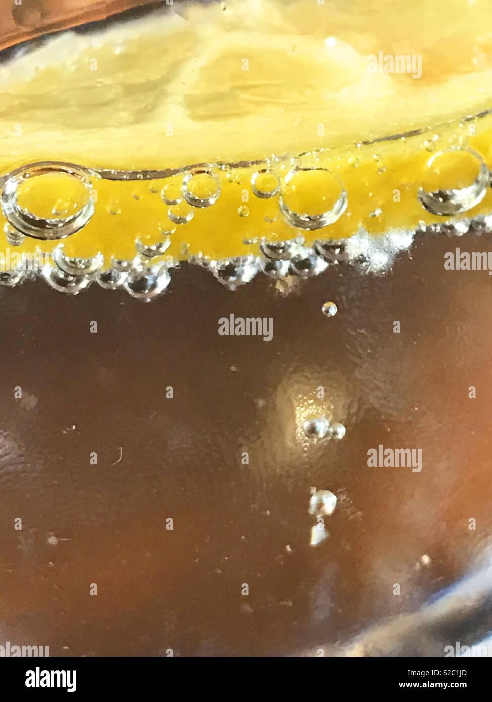 Scheibe der Zitrone im glitzernden Wasser. Stockbild