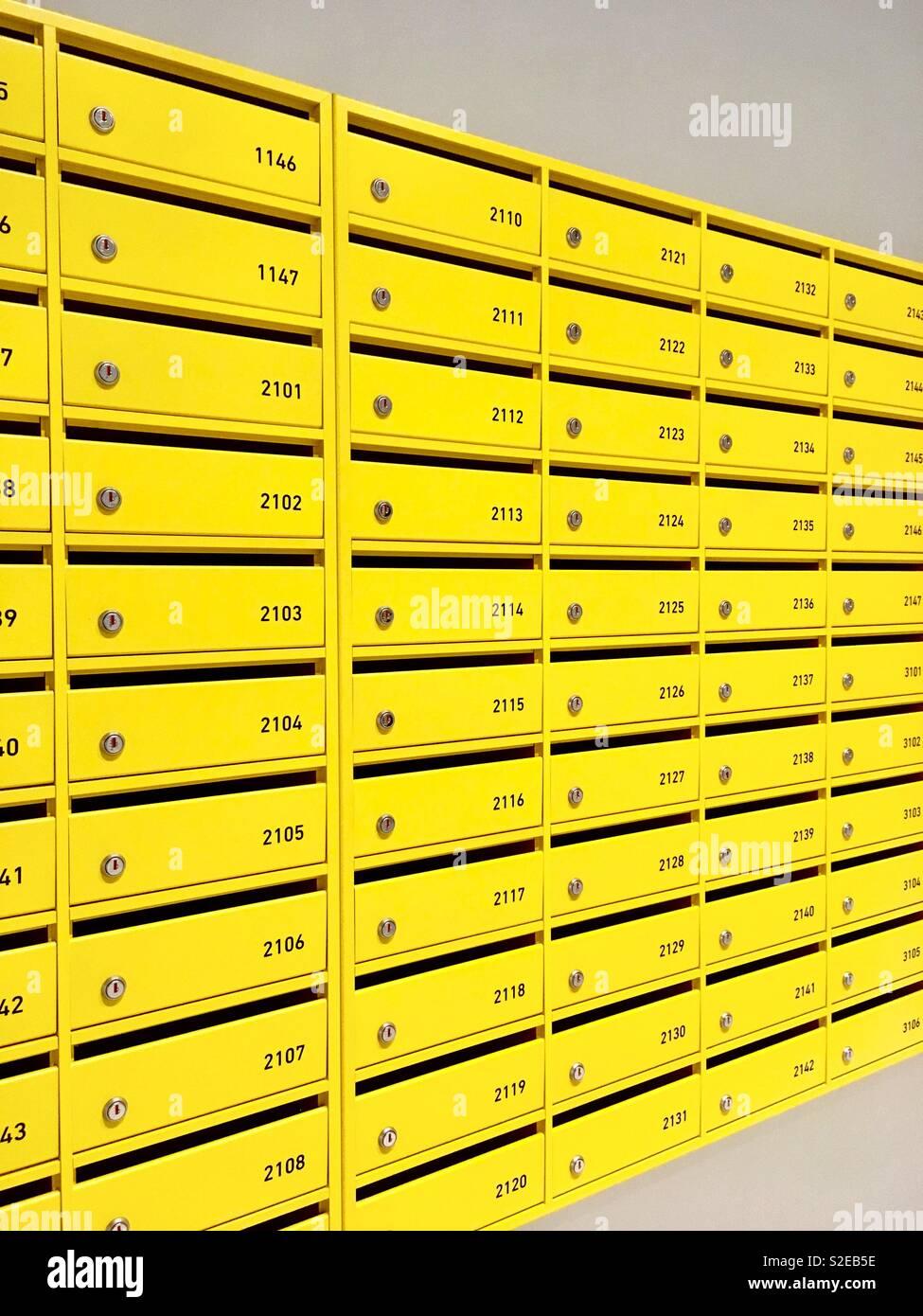 Gelbe Briefkästen Stockbild
