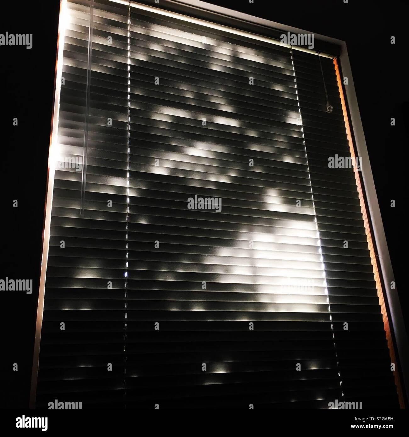 Mit Venezianischen mini Blinds und beleuchtete Schatten Fenster Stockfoto