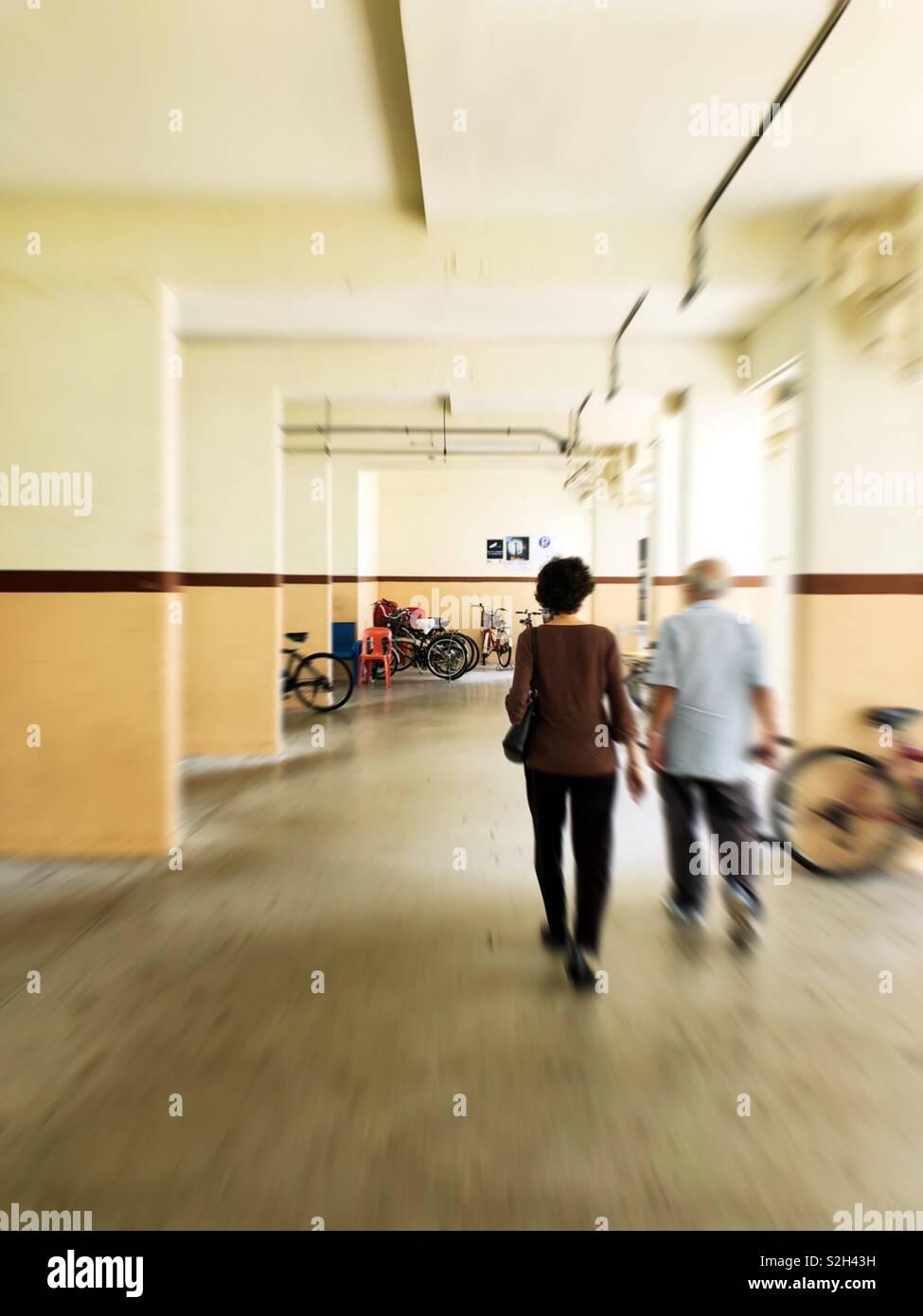 Alterung der Bevölkerung von Singapur. Frauen haben eine höhere Lebenserwartung als Männer. Immer mehr ältere Menschen Gesicht Isolation. Stockbild