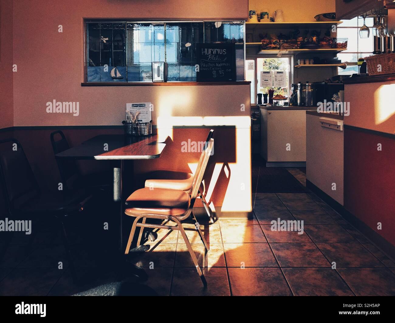 Kleine Stadt Cafe im Winter Licht Stockbild